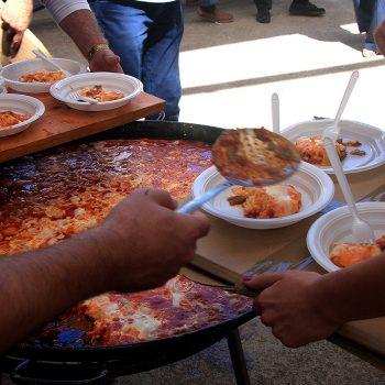 Repartiendo los huevos con fritada