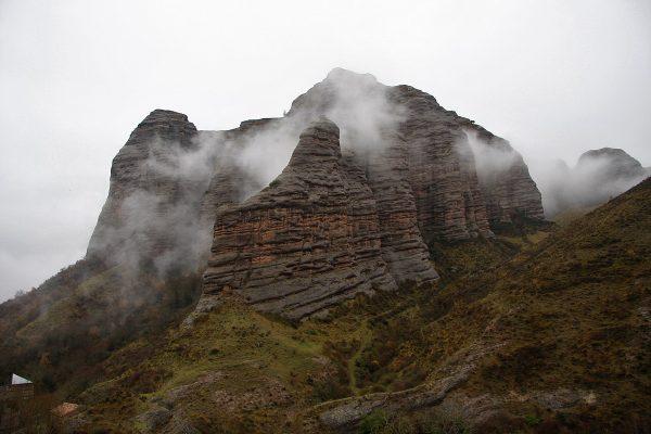 Peña Tobía envuelta en niebla