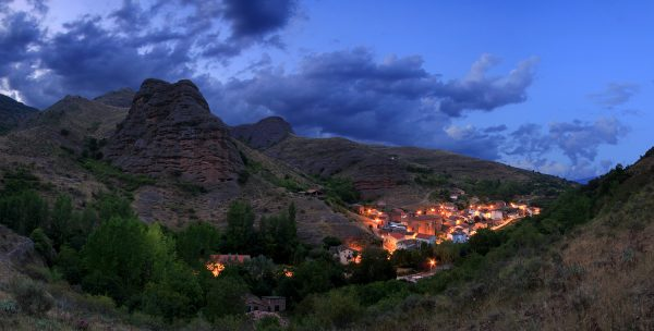 Panorámica nocturna desde la base de Peña Tobía