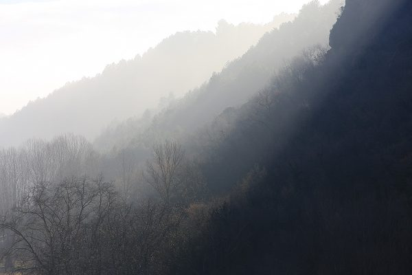 Sol y niebla en las faldas de Peña Tobía