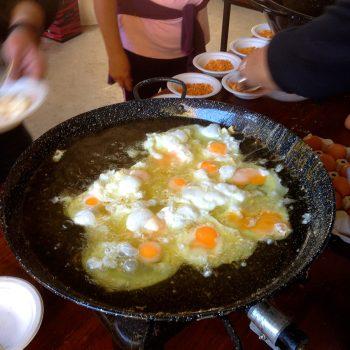 Los huevos que completaban cada ración, bien fritos en aceite de oliva.