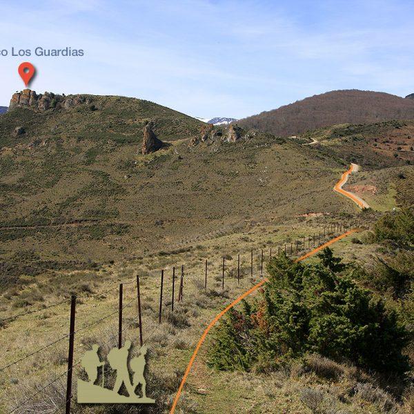 Una vez cumbreamos el Cerro de Villaverde, vemos la senda que transcurre junto a la valla. A la izquierda el pico de Los Guardias y, a la derecha, la pista forestal que nos llevará al hayedo.