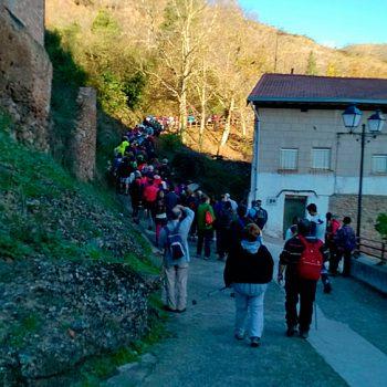 Los participantes abandonan Tobía por Valluso, camino al cerro Villaverde.