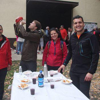 Participantes felices y dando buena cuenta de las migas.